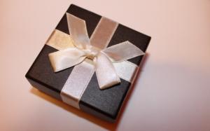 Über ein Geschenk freut sich jeder. Dabei macht jedoch auch die Verpackung selbst etwas aus, worüber sich die Leute freuen